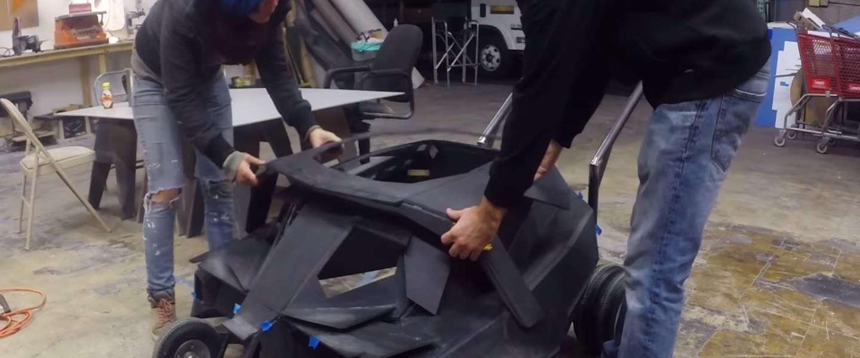 Vader en zoon dolgelukkig met eigen Batmobile
