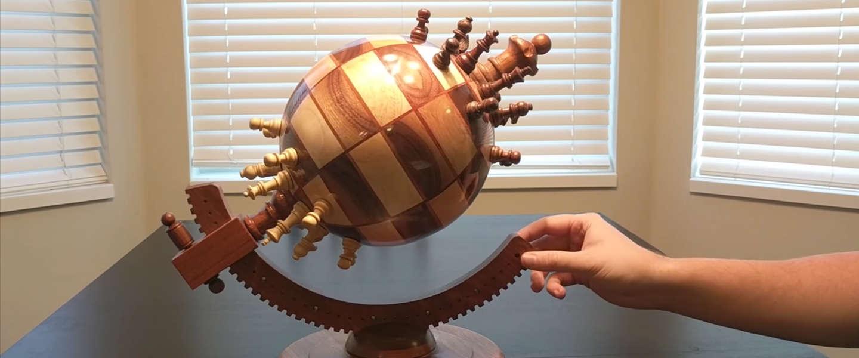 Schaakbord in de vorm van een bol is wel heel gaaf om te zien