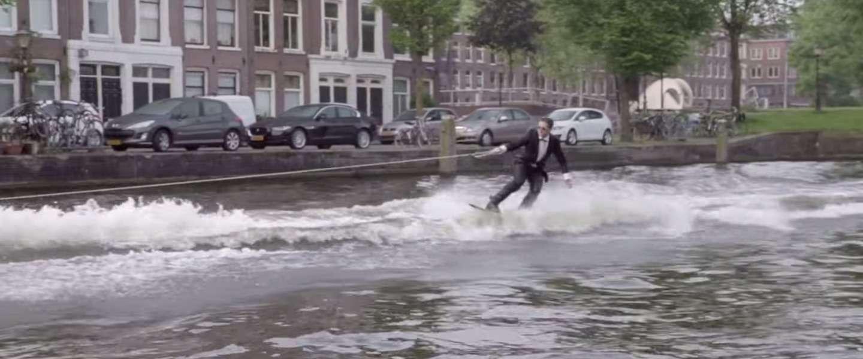 YouTuber Casey Neistat op wakeboard door de grachten van Amsterdam