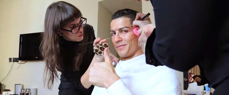 Video: Cristiano Ronaldo showt zijn skills verkleed als dakloze