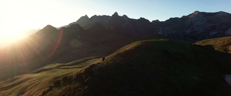 Drone filmt in 4K het begin van de winter in de Pyreneeën