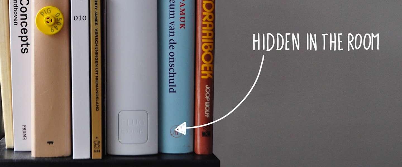 Stekkerverdeeldoos op de boekenplank