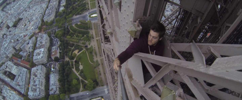 Bizar: deze man beklimt stiekem de Eiffeltoren