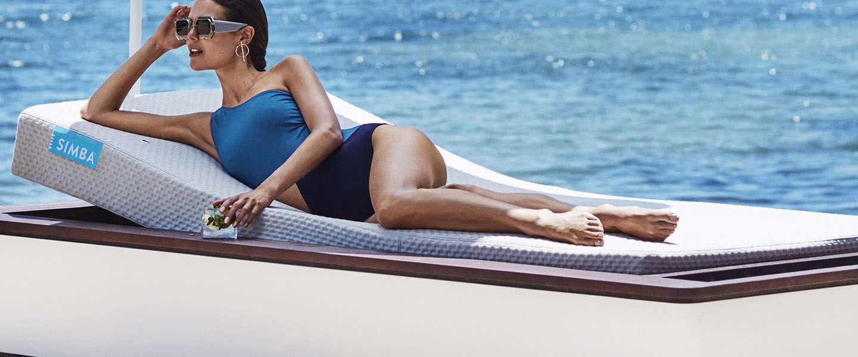 Lekker loungen op het strand doe je deze zomer met de Simba Blue
