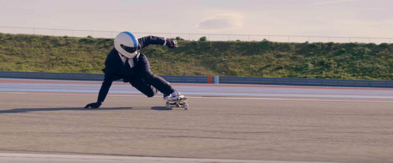 Skateboarden in een maatpak met 110 kilometer per uur