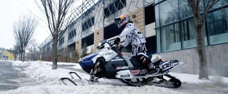 Een extreem gave video van Levi LaVallee op een sneeuwscooter