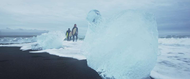 Deze surfers trotseren de ijskoude wateren van IJsland