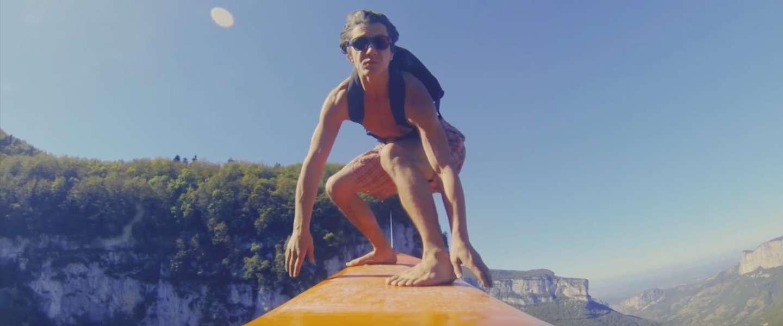 Bizarre video: surfen op een zipline op 600 meter hoogte
