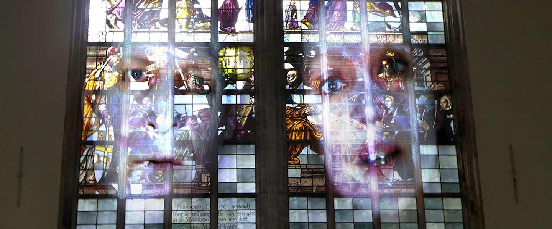 Tony Oursler laat Oude Kerk Amsterdam kennis maken met het digitale tijdperk