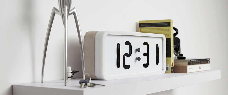 Deze klok geeft de tijd aan met vloeistof