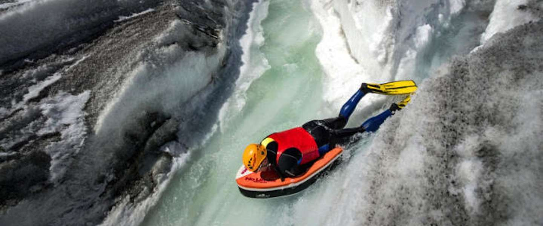 Waaghalzen gaan met bodyboard van gletsjer af!