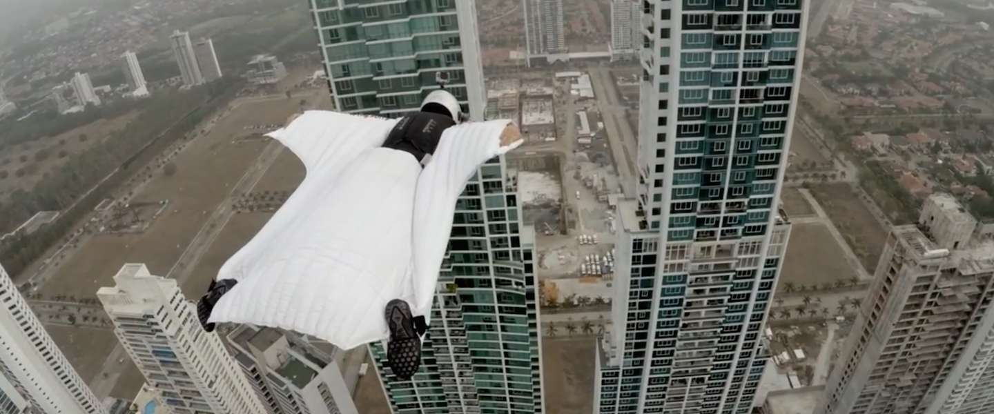Spectaculaire GoPro-beelden: wingsuit flying in Panama City