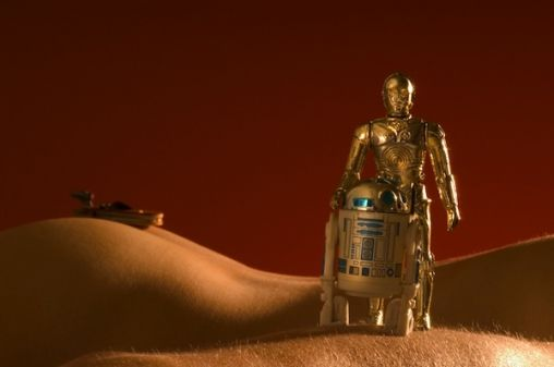 droids-lost-in-nude-landscape