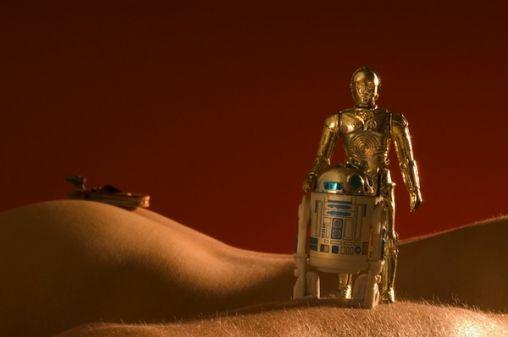 droids-lost-in-nude-landscape