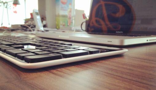 Een draadloos toetsenbord op zonne-energie