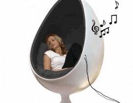 Eggchair met speakers