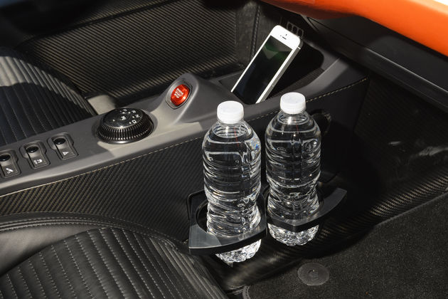Ford-GT-cup-holders