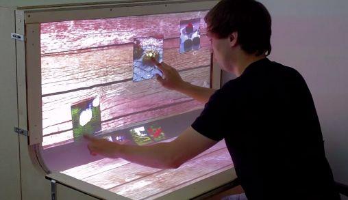 Gebogen Multi-Touch Scherm als Bureau