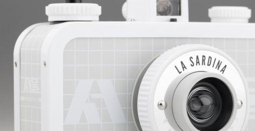 La Sardina snapshop-camera met stickers in de kleuren van Seoul