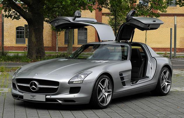 Mercedes-Benz_SLS_AMG_(C_197)_–_Frontansicht_geöffnet,_10._August_2011,_Düsseldorf