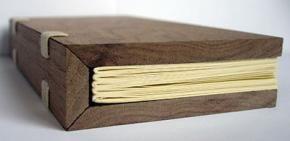 Notitieblok dat hout snijdt