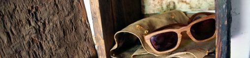 Zonaanbidders en hipsters kijken door houten zonnebril