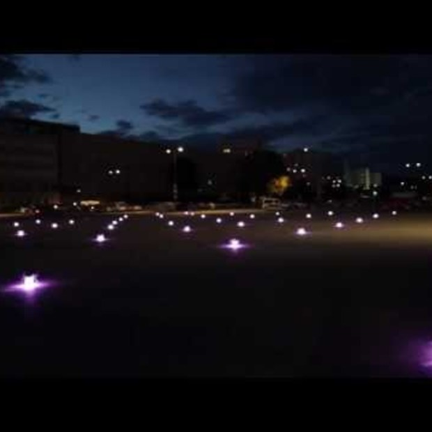 49 synchroon aangedreven Quadrocopters by night