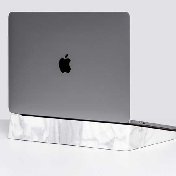Wie is er ook zo toe aan een marmeren stand voor hun Macbook?