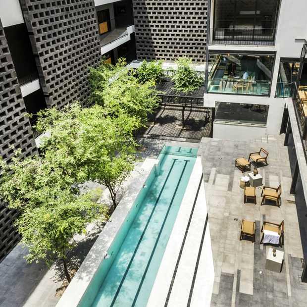 Een duik nemen in een luxe zwembad van glas