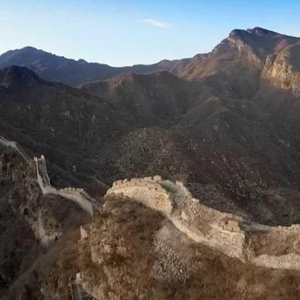 Unieke beelden: Een Drone vliegt over de Chinese muur