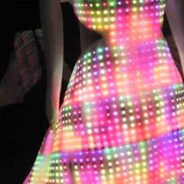 Jurk gemaakt van 24.000 LED's