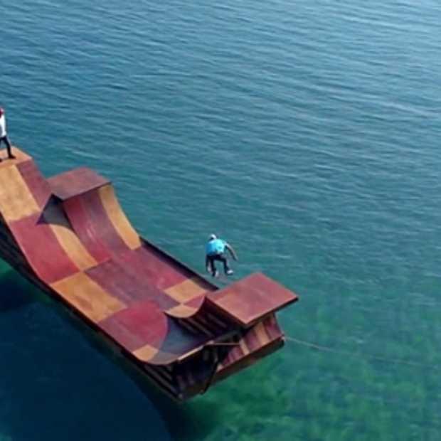 Drijvende skateramp om lake Tahoe, California te promoten