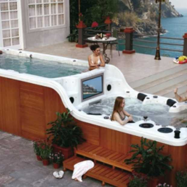 Jacuzzi met tv, multimedia-set en bar