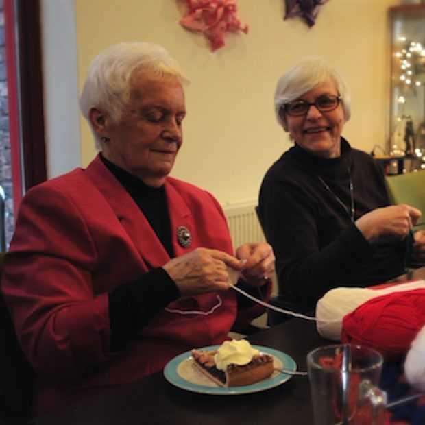 Deze oma's breien zich suf voor het goede doel!