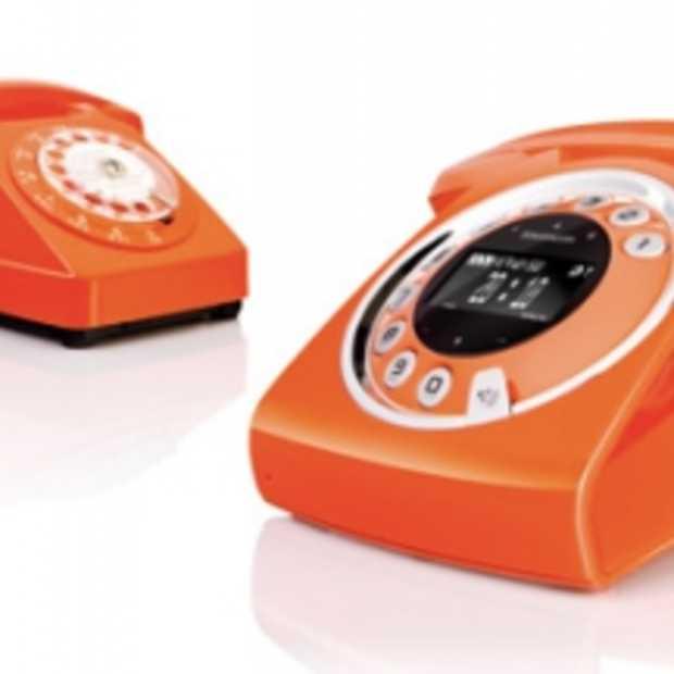 Ouderwetse telefoon in Modern jasje