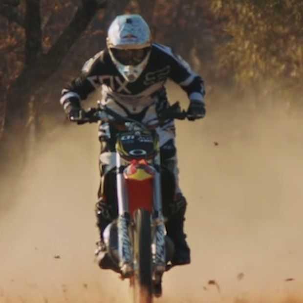 Adrenaline kick: Nick de Wit maakt flipback met dirtbike over vliegtuigje!