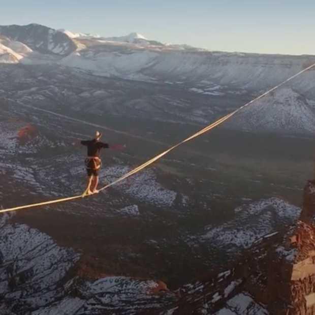 Daredevil loopt 500 meter over een slackline tussen twee rotsen