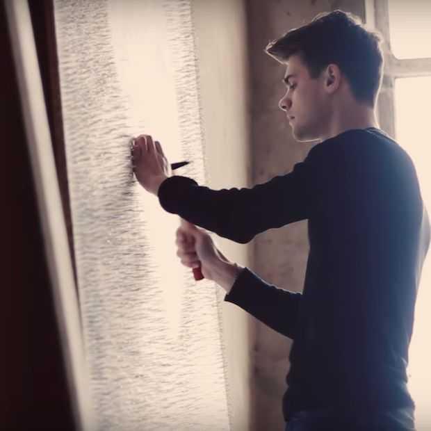Hij timmert ruim 13.000 spijkers in de muur en het resultaat is ongelooflijk
