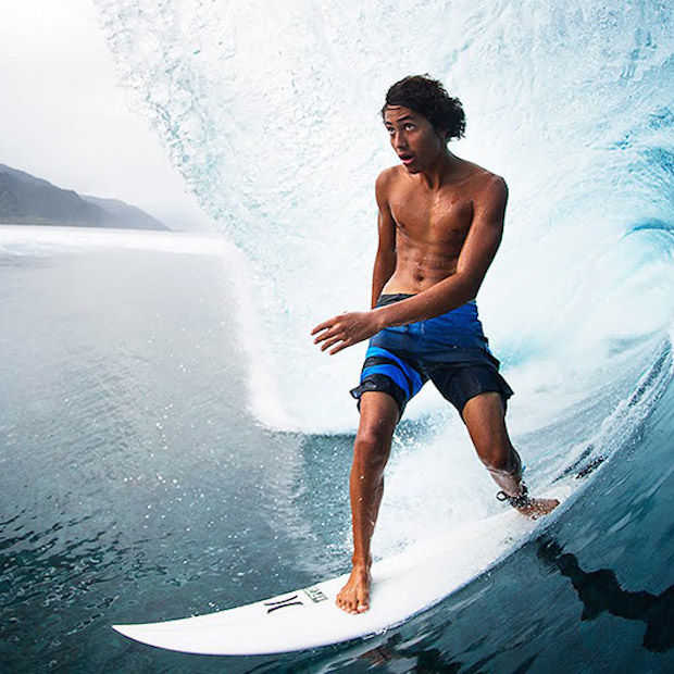 Deze jonge surfer heeft skills en surft op de hoogste golven ter wereld!
