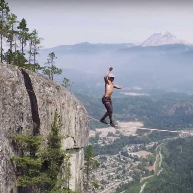 Deze man balanceert op een koord boven een klif van 300 meter diep