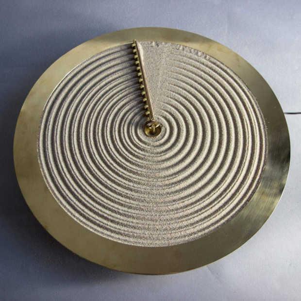 Deze klok geeft de tijd aan door middel van zand