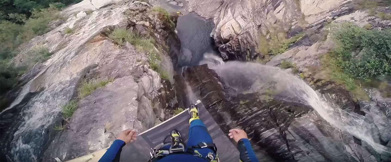 Bizar! Deze cliff jump van 59 meter hoogte