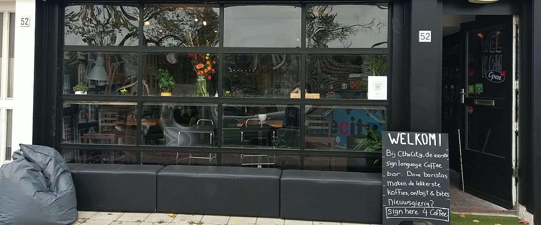 Bij deze koffiebar in Amsterdam bestel je met gebarentaal