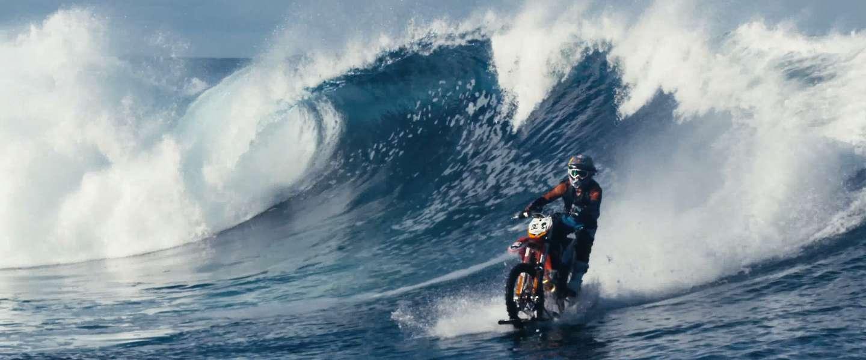 Gave video: motorcrosser rijdt over water