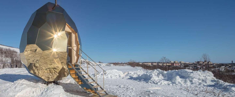 Cool, deze gouden Solar Egg Sauna in Zweden