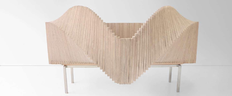 Gave houten kast die golfbewegingen maakt