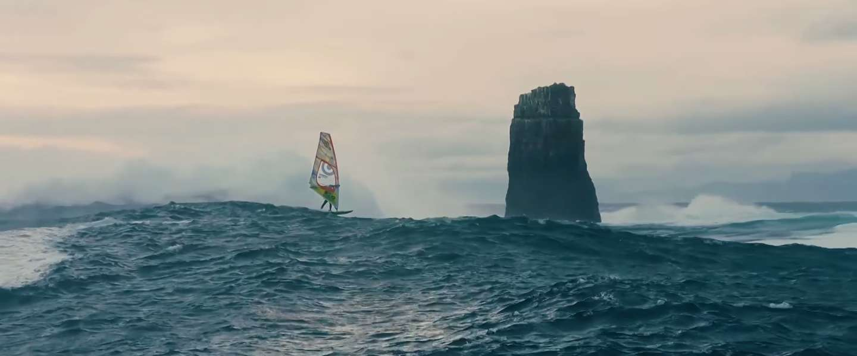 Windsurfing extreme op mega grote golf in Tasmanië