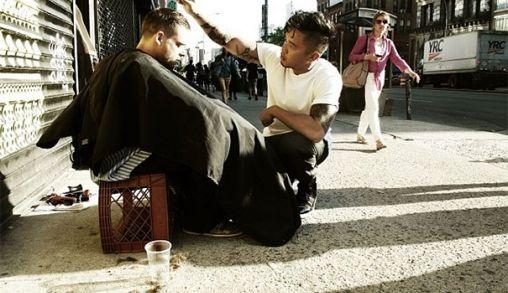 Deze held gaat op zijn vrije dag de straten van New York in om dakloze te knippen