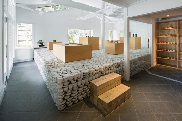 japanese-retailer-installs-25000-piece-pottery-installation-3
