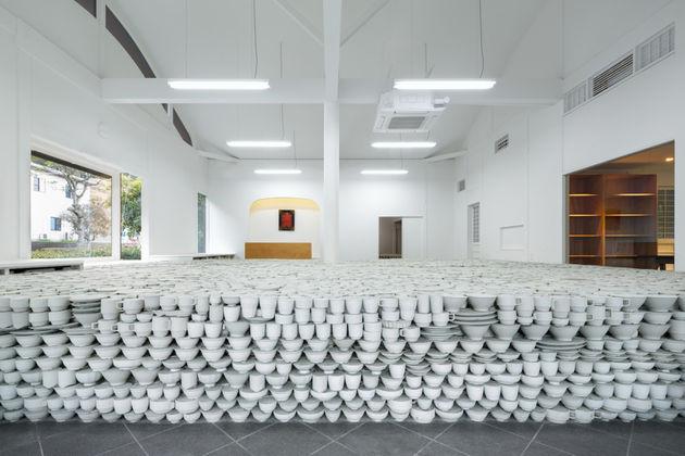 japanese-retailer-installs-25000-piece-pottery-installation-6